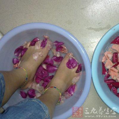 先让双脚泡在已经加了精油的浴缸中