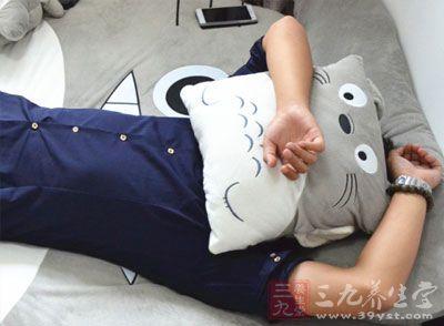平躺在床上,臂部垫一个枕头