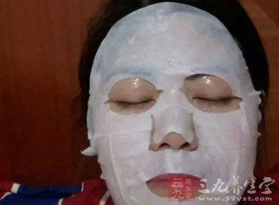 美容按摩手法首先要在按摩部位涂抹适量按摩用的膏霜