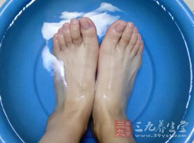用醋泡脚,可以滋润皮肤