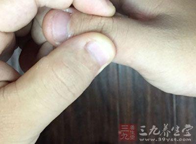 手的拇指按揉内关穴,做起来也是很方便