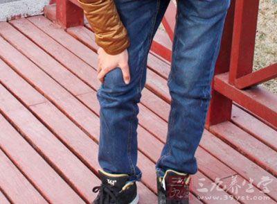 两腿开立,与肩同宽,两腿微弯曲