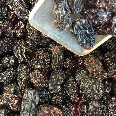 我们可以通过吃黑枣来帮助自己乌发