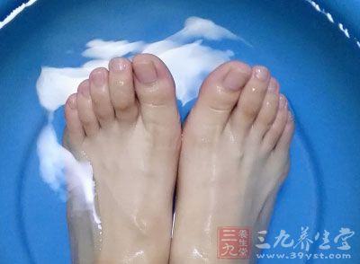 脚底按摩进行时应有的卫生,温水则有能让血液循环的好处,小腿以下的