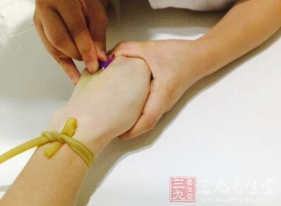 乳房体格检查主要是通过视诊及触诊来检查乳房的形态