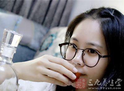 酒精会抑制肝脏功能活动,阻碍糖原的释放