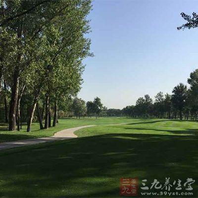 高尔夫球场一般设在丘陵地带的开阔缓坡地上