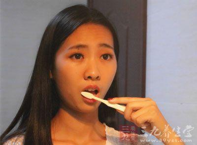 误区:饭后立刻刷牙