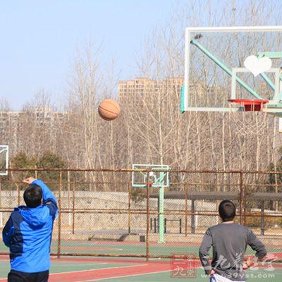 篮球投篮技巧 篮球行进间投篮的技巧(3)