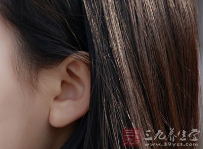 """中医认为""""肾开窍于耳"""",冬季经常按摩双耳"""