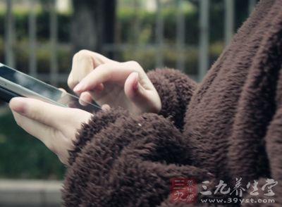 很多人都习惯睡前玩手机