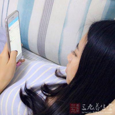 睡前玩手机会伤害颈椎
