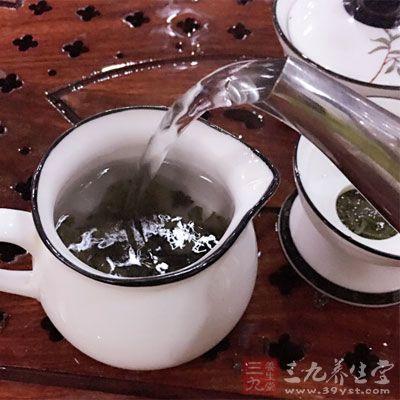 因为浓茶和咖啡中的酚类化合物会抑制铁的吸收