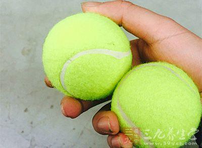 先接球的一方,应在第1局开始时,决定何人先接发球