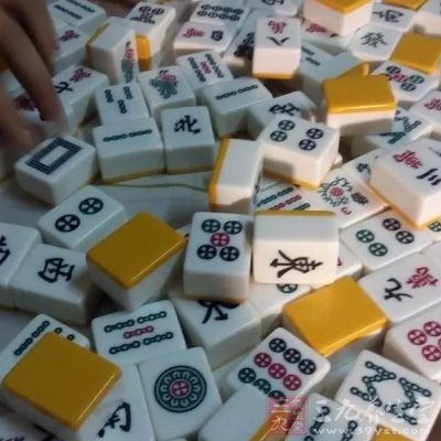 打麻将时,右手摸牌,左手码牌