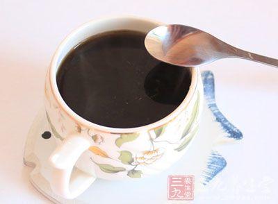 咖啡中的大量咖啡因能够刺激交感神经