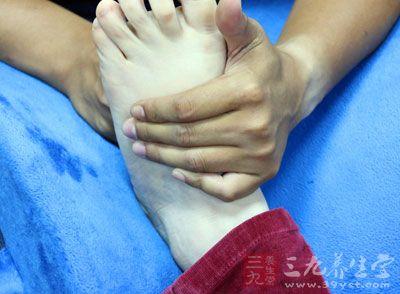 用热水洗脚后,用手揉揉脚心