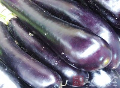 材料:茄子、骨头参、洋葱、油适量