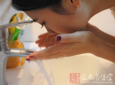 以为通过增加洗脸的次数可以改善油光现象