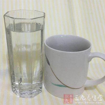 孕妇拉肚子时要多喝水,多吃小米饭