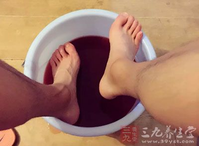 中药泡脚 洗脚水里加它竟能防意外