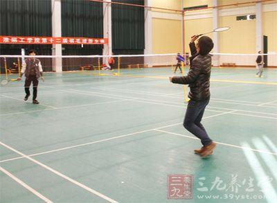 我们打羽毛球的同时全身的肌肉都会得到锻炼