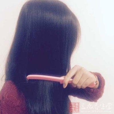 洗头最忌发乱,因此应在洗发前先将乱发梳通