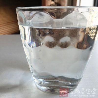 成年人每天都喝到八杯水才能满足身体的日常所需