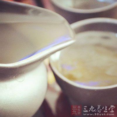 用薄荷泡茶喝,可以利用薄荷中薄荷醇、薄荷酮的疏风清热作用