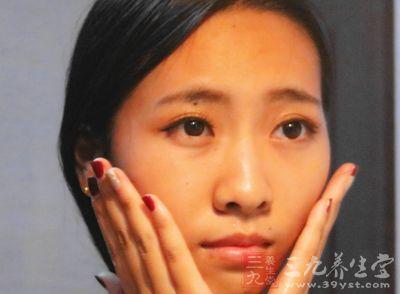由于脸部的皮肤细嫩,应该使用与自己体温相当的温水洗脸