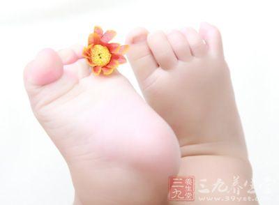 用手指由脚跟至脚尖轻划宝宝的脚底外侧。脚趾应该像扇形样张开