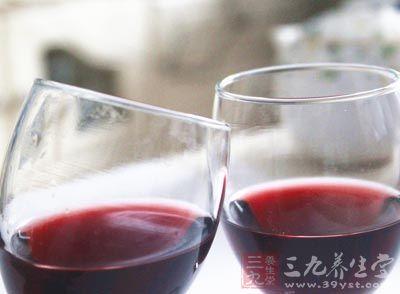 """广西""""红枫行动""""严打制售假红酒"""