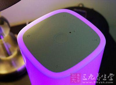 初次使用Nox智能助眠灯,显然要将它插入电源