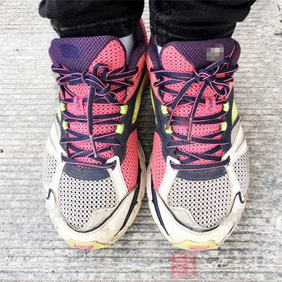 一般的鞋是靠鞋垫来解决的