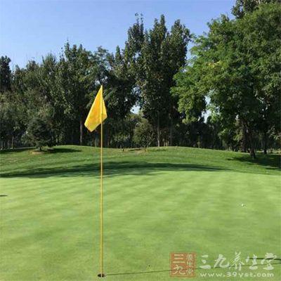在打高爾夫之前,需要做好一系列的準備和揮桿
