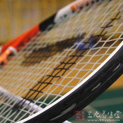 网球还是一项老少皆宜的体育运动