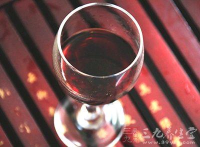 患有胃溃疡的朋友尽量不要喝杨梅酒