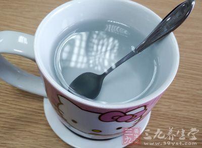 因此,饮用大量的水,你会感觉肚子更饱,从而避免经常吃零食