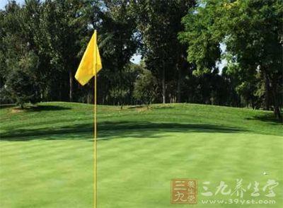 在高爾夫球場打球是很放松的