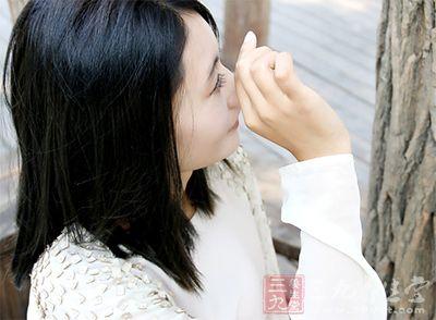 女性经期受寒会使盆腔内的血管收缩