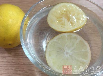 而将柠檬泡水喝,还可以清新口腔,去除口气