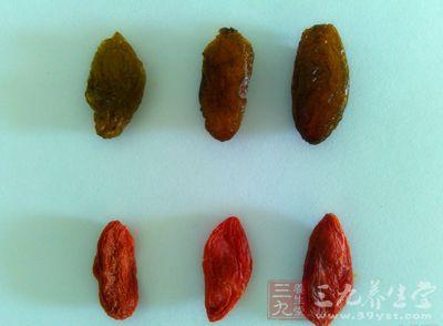 说明新鲜的枸杞果子个头不小,经过自然的晾干