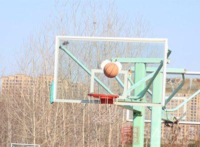 篮球技巧 篮球比赛时应该怎么抢篮板球 - 三九