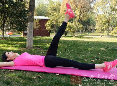 呼气的时候将肘部放下,练习几次后结束