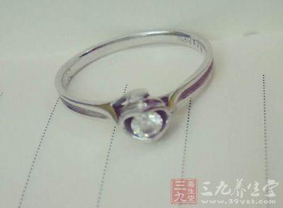 这里有各种锡制品,包括花瓶、酒器、项链、戒指