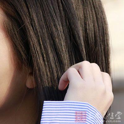 脱发的同时,用手摸头发还会感到油油的,就有可能属于脂溢性脱发