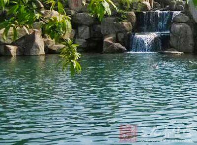 温泉分布于汤山东及东南坡的汤王庙一带