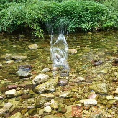 由于地热的影响,水温就逐渐升高