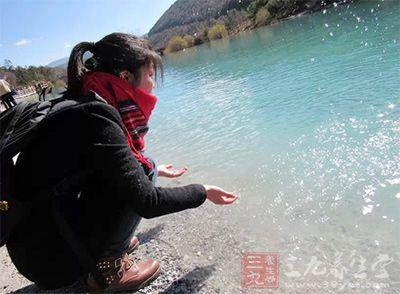 温泉旅游 夏季泡温泉很流行