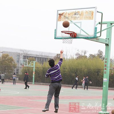 篮球中锋 打篮球时中锋起到什么作用